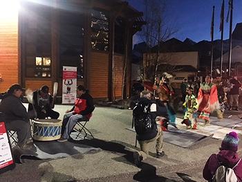 [写真]カナダインディアンのダンスのアトラクション