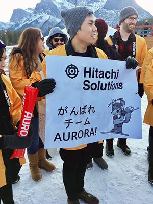 [写真]アウローラ応援旗を持つカルガリー社員の方