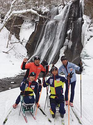 [写真]滝の前の新田のんの選手や森宏明選手、荒井秀樹監督、佐藤勇治コーチ