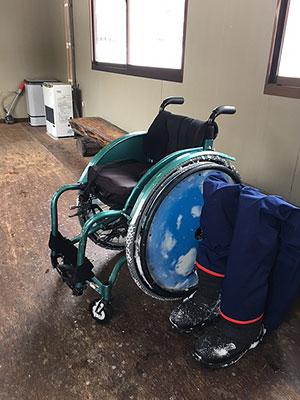 [写真]ワックスルームに置かれた車いすや義足