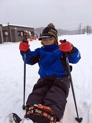 [写真]シットスキーで滑るタイキ君