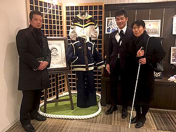 [写真]展示された長野パラリンピックのウェアと井口深雪さん、新田佳浩選手、荒井監督