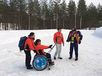 [写真]キャビンにスキーを持ってきた選手たち