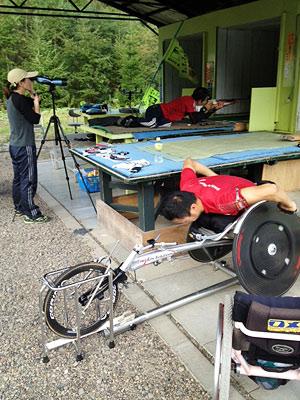 [写真]レーサーで負荷をかけて射撃トレーニング