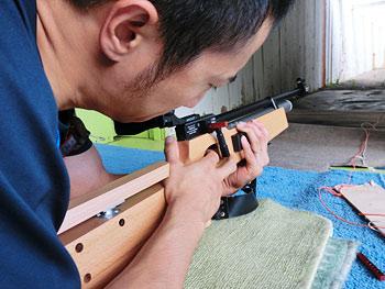 [写真]新しいライフルでトレーニングする久保恒造選手