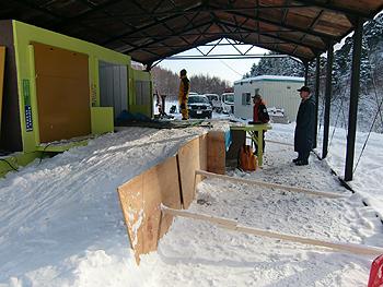 [写真]雪を盛って射座を作る