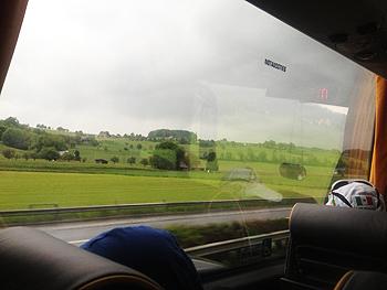 [写真]帰りのバス、外は雨