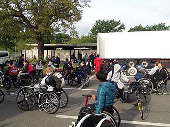 [写真]レースの朝、選手たちが集まってきた