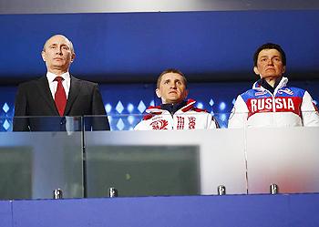 [写真]ソチパラリンピック閉会式、イリナ監督と6つの金メダルのローマンがプーチン大統領と並んでいました