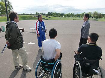 [写真]岩本博隆先生と選手達