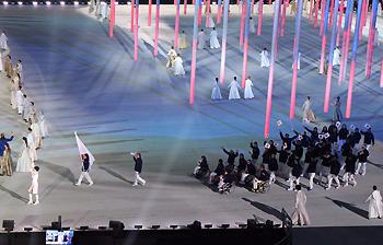 [写真]先頭の旗手が太田渉子選手