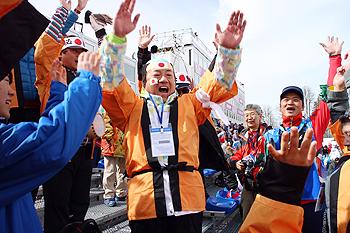 [写真]久保選手の銅メダル獲得、バンザーイ!