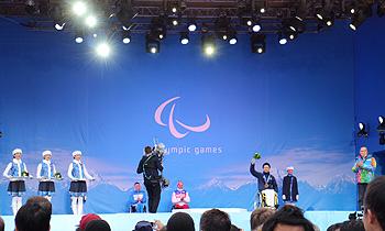 [写真]バイアスロンショートで銅メダル獲得した久保恒造選手のメダルセレモニー