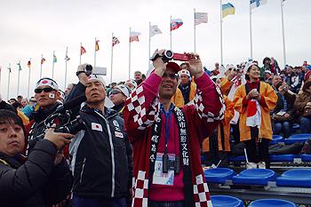 [写真]太田渉子選手、阿部友里香選手のスタートを見守る応援団