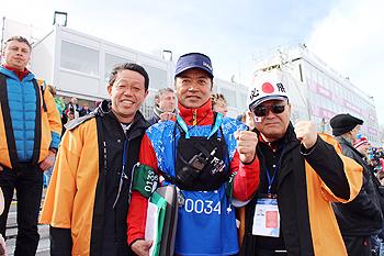 [写真]荒井監督と。左から石川常務、佐久間社長