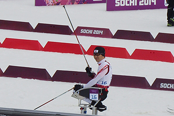 [写真]ソチパラリンピック クロスカントリースキー男子15km久保選手スタート前
