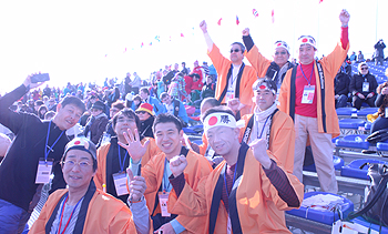 [写真]試合前の応援席で気合を入れる第2班のメンバーたち