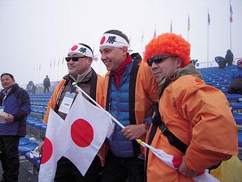 [写真]応援団と通訳のイゴールさん