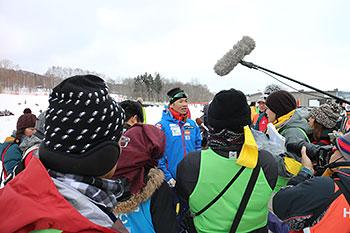 [写真]囲み取材を受ける新田選手