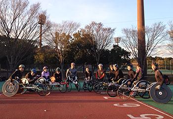 [写真]関東車椅子競走部のメンバーと久保恒造選手