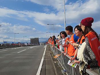 [写真]3km地点の弁天大橋で待機する応援団