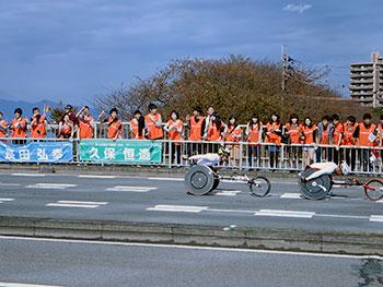 [写真]応援団の前を通過する久保選手