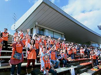 [写真]競技場へ集結した応援団