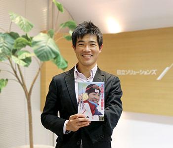 [写真]『不可能とは、可能性だ パラリンピック金メダリスト新田佳浩の挑戦』を持つ新田選手