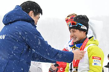 [写真]金メダルを授与される川除選手