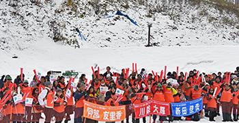 [写真]ワールドカップ 札幌大会で選手の活躍に声援をおくる日立ソリューションズ応援団
