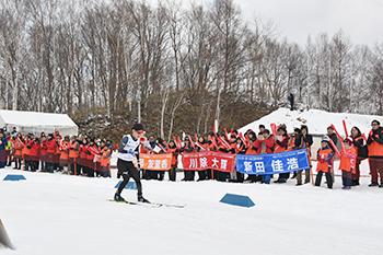 [写真]応援団の前を滑走する川除選手