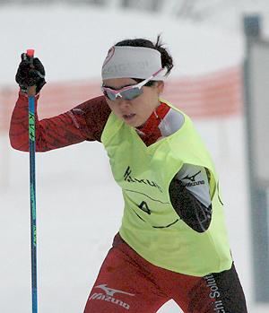 [写真]阿部友里香選手、一段とパワフルな滑りに