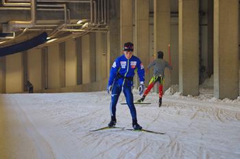 [写真]マイナス5℃のスキートンネルで滑る川除選手