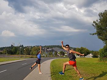 [写真]阿部選手と藤田コーチの陸上練習