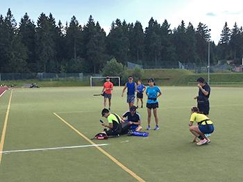 [写真]選手対コーチのチーム対抗でサッカーをしました
