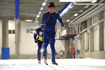 [写真]スキーホールでのスピードトレーニングの様子