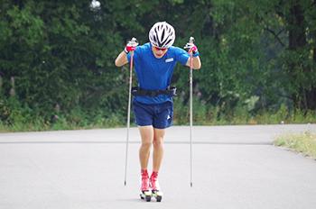 [写真]ローラースキーコースでのトレーニング
