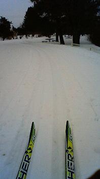 [写真]スキー板とスキーコース