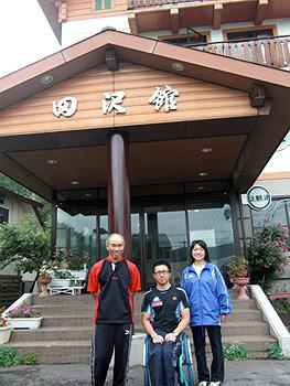 [写真]ホテル田沢館のご夫婦と久保恒造選手