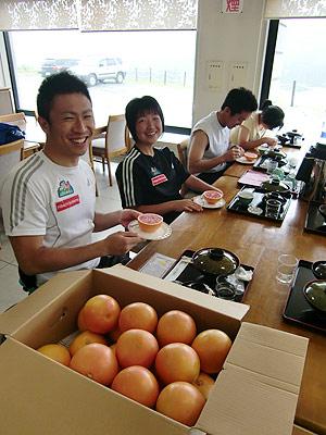 [写真]グレープフルーツを持つ久保恒造選手と太田渉子選手