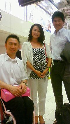 [写真]左から久保、トーレス理花さん、新田佳浩選手