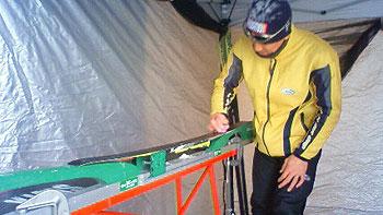 [写真]子ども達のスキー板を仕上げる