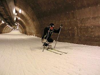 [写真]スキートンネルで走り込みをする久保恒造選手