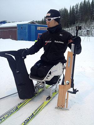 [写真]ライフルを持ちシットスキーに座る久保恒造選手