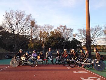 [写真]関東車椅子競走部のメンバーと