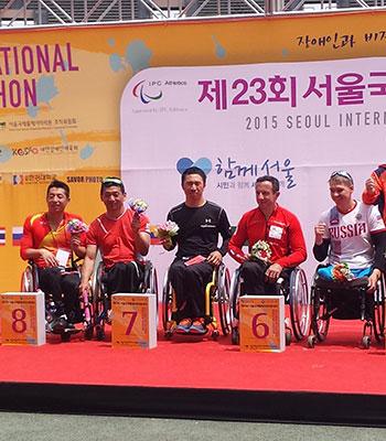 [写真]ソウル国際車いすマラソン表彰式 久保恒造選手