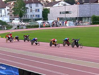 [写真]5000mレースのラストの直線での久保恒造選手