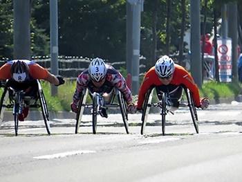 [写真]2015はまなす車いすマラソン大会で走る久保恒造