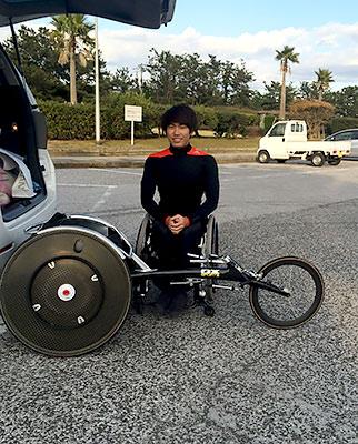 [写真]鈴木選手とレーサー