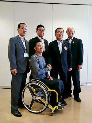 [写真]久保恒造と美幌町長と町議の皆さん